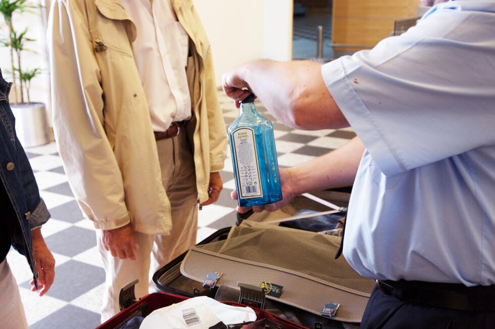 RETT I SØPLA: I fjor ble det samlet inn 15.560 flasker med alkohol i sikkerhetskontrollen på OSL.   Foto: Colourbox.com