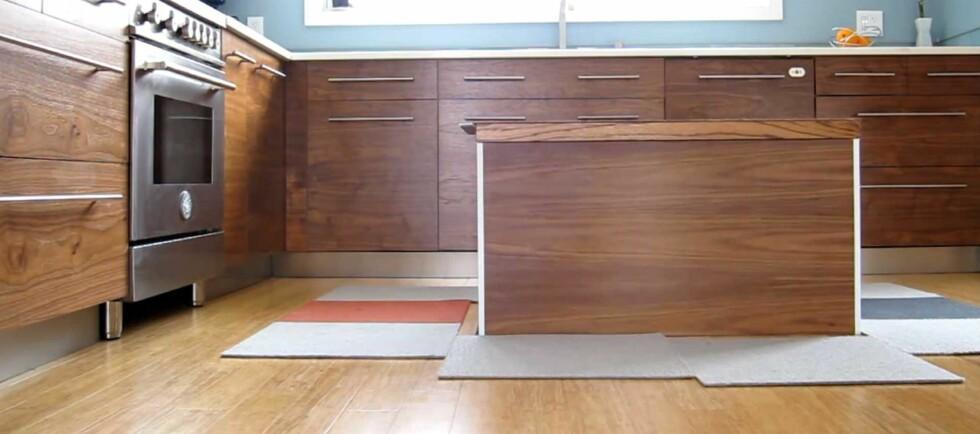 Tim Thaler har rett og slett skjult en hel kjøkkenøy under gulvet. Fjernstyringen skjer via mobiltelefonen. Foto: Youtube