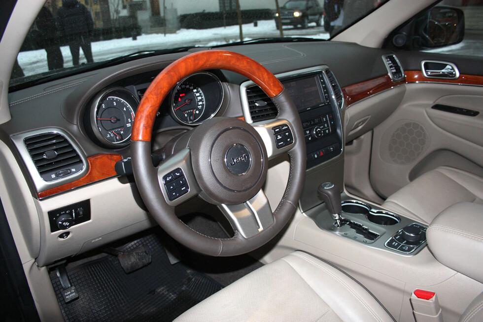 Gjenkjennelig amerikansk stil over det påkostede førermiljøet i Jeep Grand Cherokee. Tradisjonell luksusfølelse kontrasterer med enkelte av konkurrentenes tyske hi-tec premium-stil. Foto: Knut Moberg