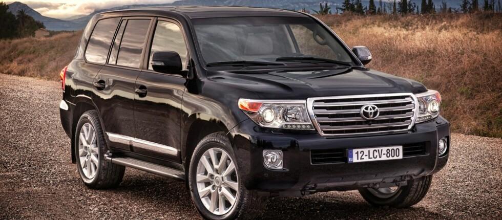 Toyota Land Cruiser V8 blander egenskapene til en limousine og et arbeidsredskap på en imponerende måte.
