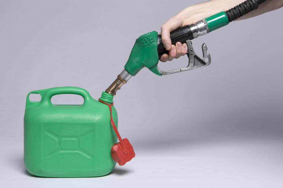 BENSIN OVER GRENSA: De som bor nær russegrensa vil snart kunne benytte det nye grenseboerbeviset for å utnytte lave bensinpriser i Russland. Foto: Colourbox.com