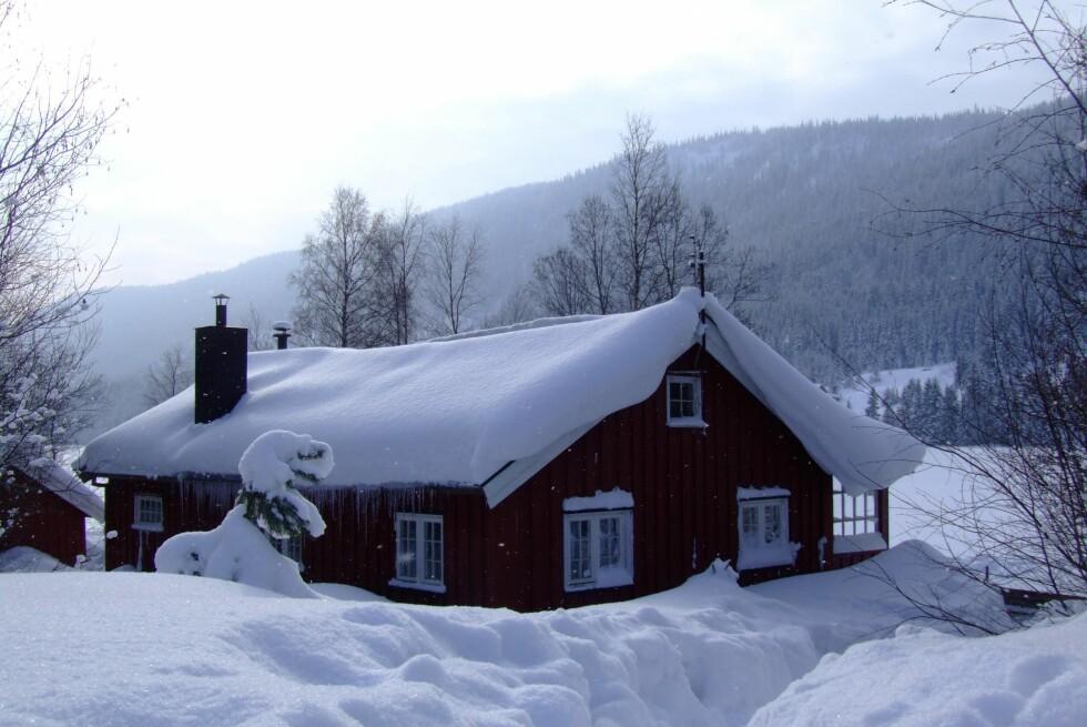 Opp på taket! Det er grenser for hvor mye snø taket tåler. Foto: Colourbox.com