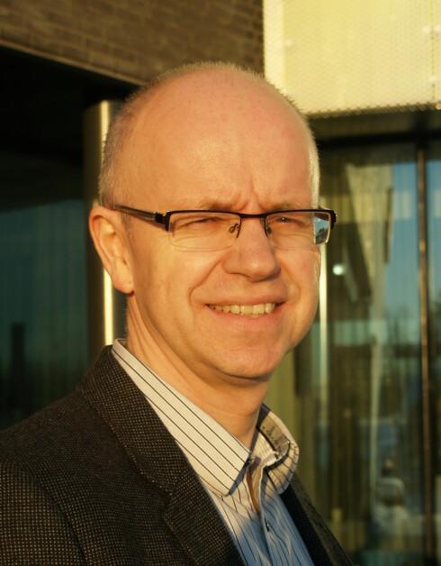 IKKE VENT: Stig Geving, professor ved NTNU, anbefaler alle som får problemer med vann i boligen, om å handle umiddelbart. Foto: Berit B. Njarga