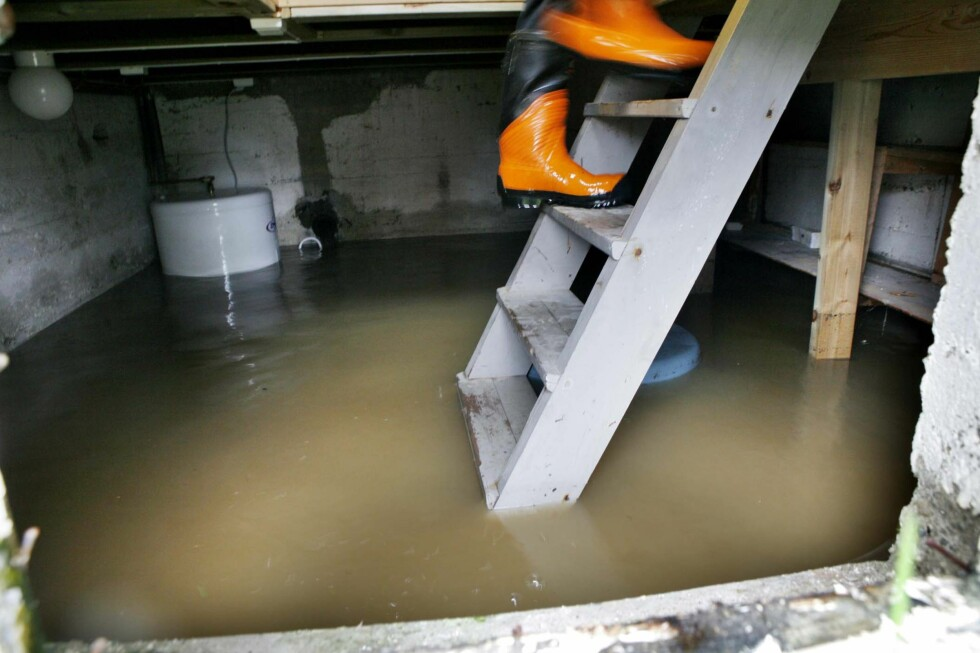 VANNSKADE PÅ BOLIGEN: Er du rask med å tørke vannskaden, kan du unngå problemer med muggsopp. Foto: NTB SCANPIX