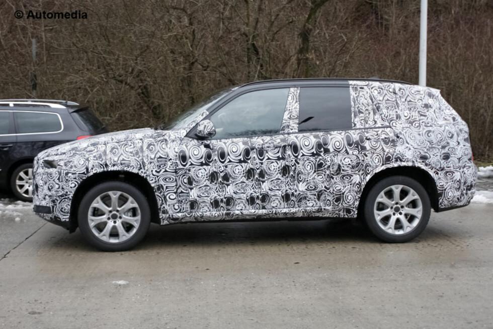 Ny BMW X i kjømda: Proporsjonene sladrer om at dette blir en skikkelig kjempe av en bil. Da kan den bli en reelt anvendelig syvseter. Foto: Automedia