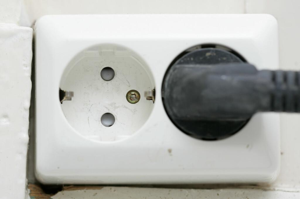 PRISENE STIGER: Selv om det antakelig blir lave strømpriser i vinter, betalte vi dobbelt så mye for strømmen i 2010 enn for ti år siden. Foto: Colourbox.com
