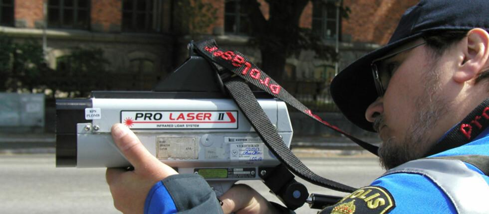 KJØRT FOR FORT? En feil i lovteksten fører til at du slipper bot om du kjører for fort - på enkelte motorveistrekninger i Sverige. Foto: Ragnar Lilliestierna/Polisen.se
