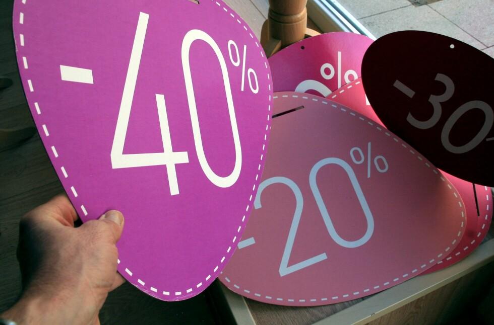 KLAR TIL KAMP: Butikkene finner frem de største tilbudsskiltene sine nå som nyttårssalget starter. Men pass på. Det er ikke billig alt som blinker.  Foto: Colourbox.com