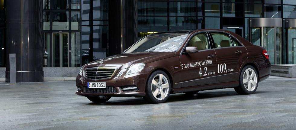 E-klasse skal bruke omlag 15 prosent mindre drivstoff med hybridteknologi - i tillegg til at ytelsene blir bedre Foto: Mercedes
