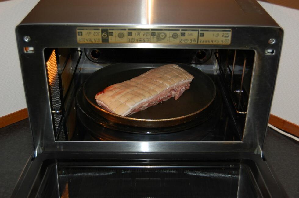 Legg ribbestykket med svoren opp i Crisp-pannen. Ikke bruk smør, olje eller lignende.