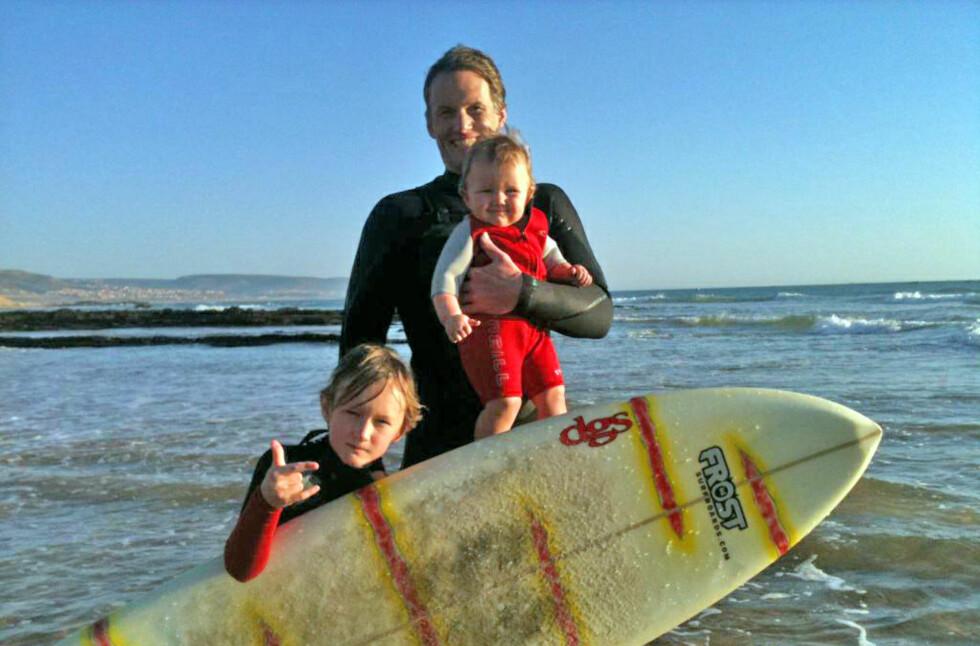SURFER I JULEFERIEN: Lars Golden, Cornelia (10 måneder) og Felix (8) nyter surfebølgene på Taghazout i Marokko. Foto: Trude Lerfald/privat