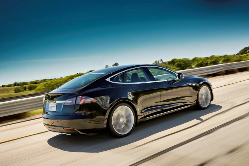 SNASEN ELBIL: Tesla Model S i fint driv. Nå er prisene i USA klare; det er batterispesifikasjonene også. 2012 er året den kommer på veien. Foto: Tesla Motors