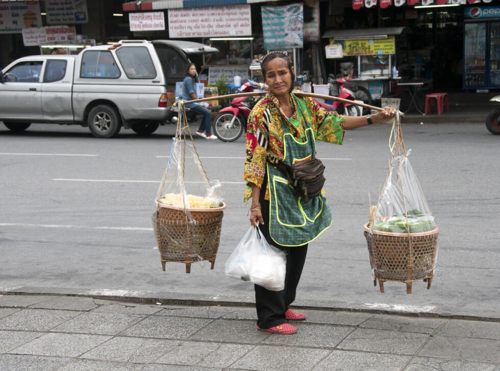 Matsalg kan foregå fra restaurant, bod, trillende vogner og børtre. Her fra Bangkoks gater. Foto: Colourbox.com