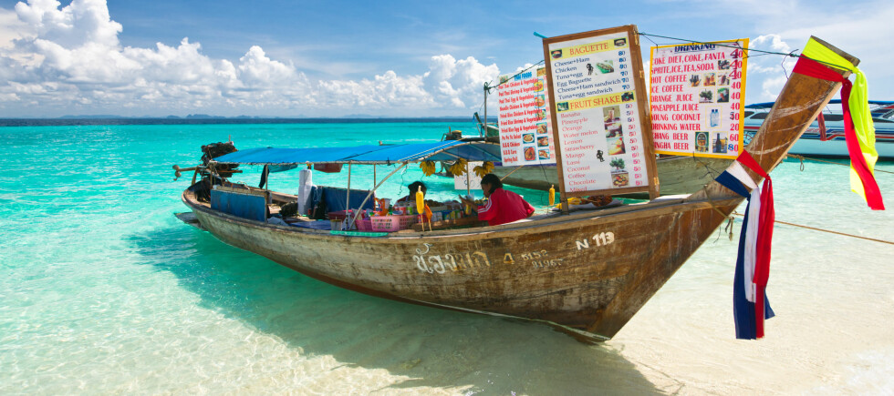 Her er det flytende servering fra en klassisk Longtail-båt i Krabiprovinsen, Poda island. Foto: Colourbox.com