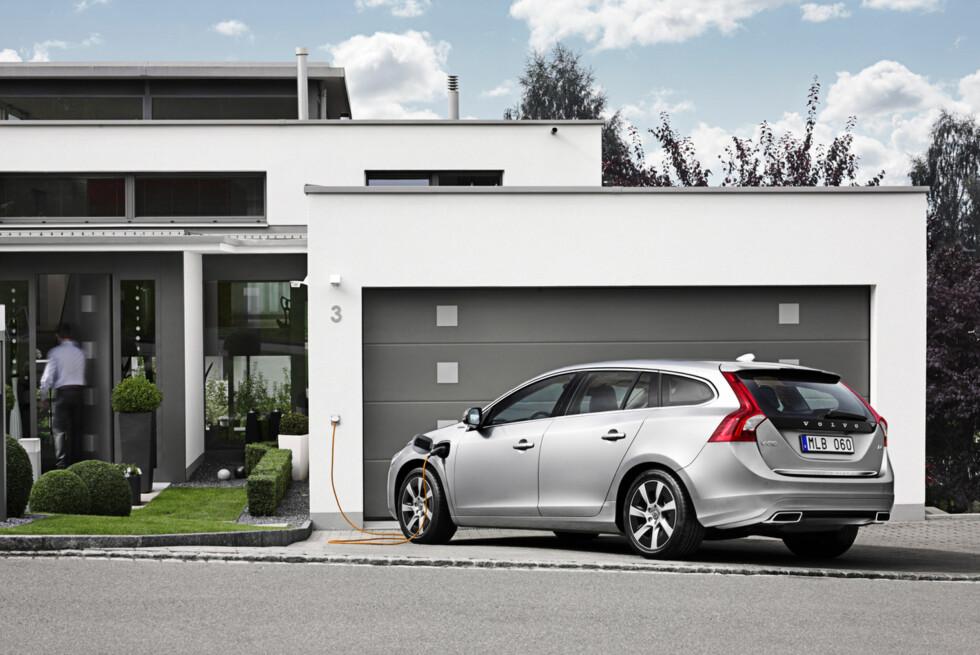 Volvo V60 D6 Plug-in Hybrid: Verdens første ladbare hybrid med dieselmotor foran og elmotor bak. En smarttelefon-app kan hjelpe deg med å holde styr på ladingen eller be om forhåndsoppvarming/nedkjøling. Foto: Volvo