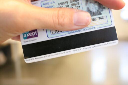 Er magnetstripen din veldig slitt, bør du be om et nytt kort. Stripen er fortsatt eneste løsning i en del betalingssituasjoner. Foto: DinSide