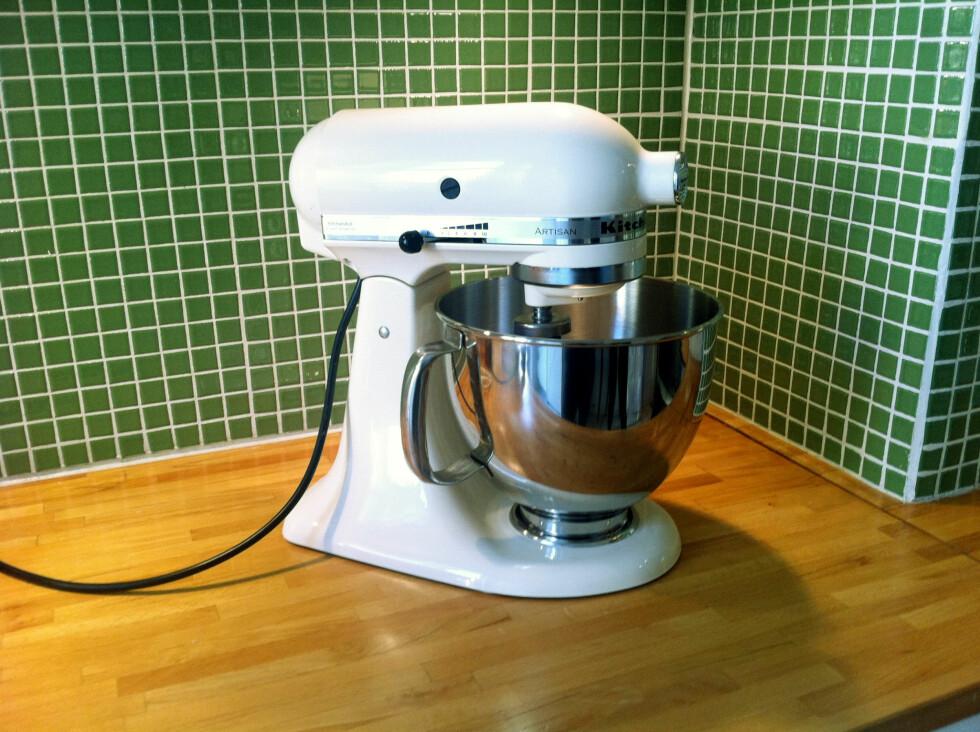 KitchenAid-maskinen med sitt karakteristiske retro-utseende er pen å se på, og kan godt stå fremme på kjøkkenbenken. Den tar også langt mindre plass enn en skulle tro. Foto: Pia Strømme