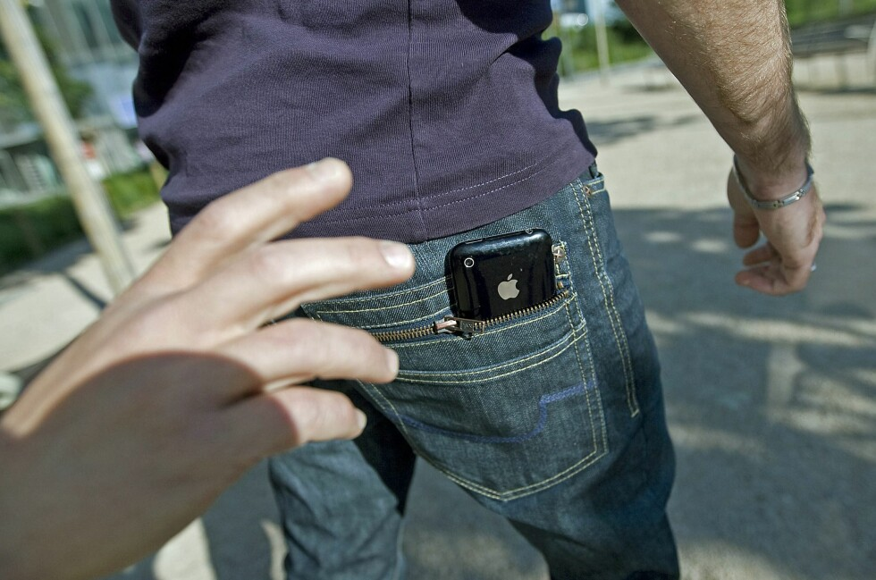 PASS PÅ: Forsvinner mobilen din, kan det fort bli et pengesluk. Si fra til operatøren din så fort du kan.  Foto: Cololurbox