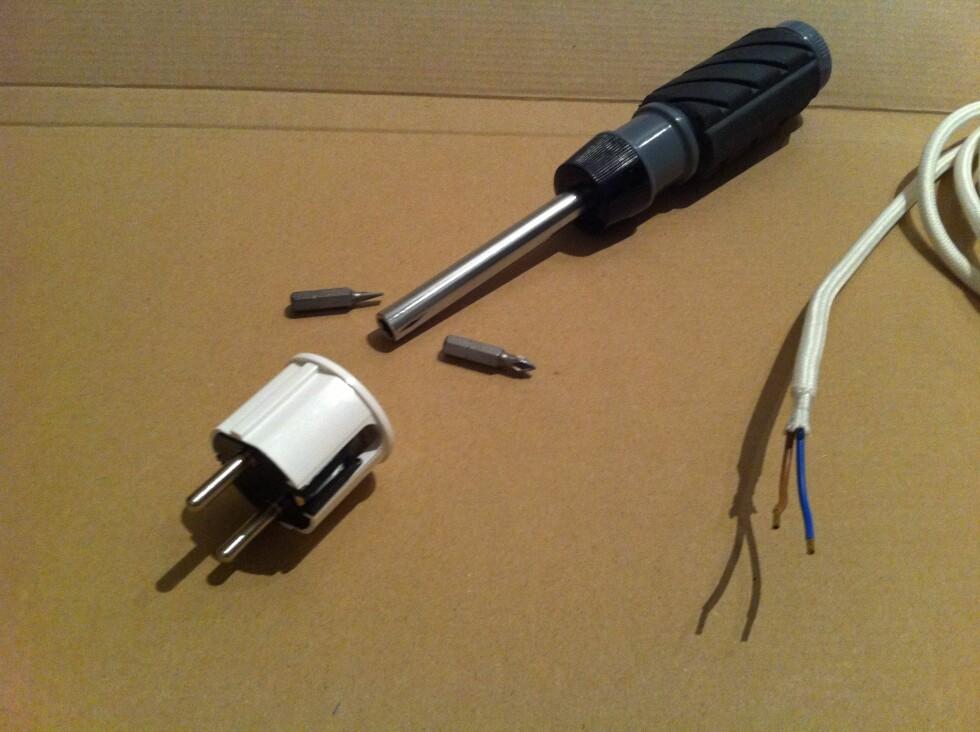 (Nesten) alt du trenger på ett brett: Skrutrekker med avtagbare bits, støpsel, og ledningen du skal montere på. I tillegg trengte vi etter hvert en liten avbitertang.  Foto: Elisabeth Dalseg