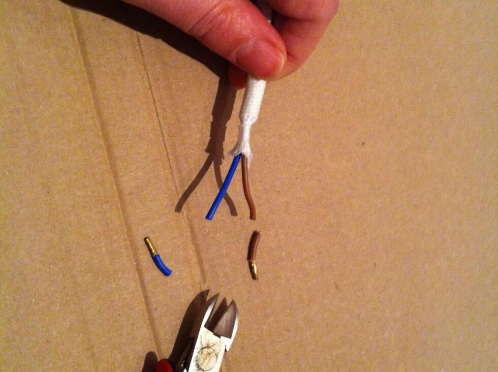 Vi kuttet til ledningene i passende lengder med en liten avbitertang.  Foto: Elisabeth Dalseg