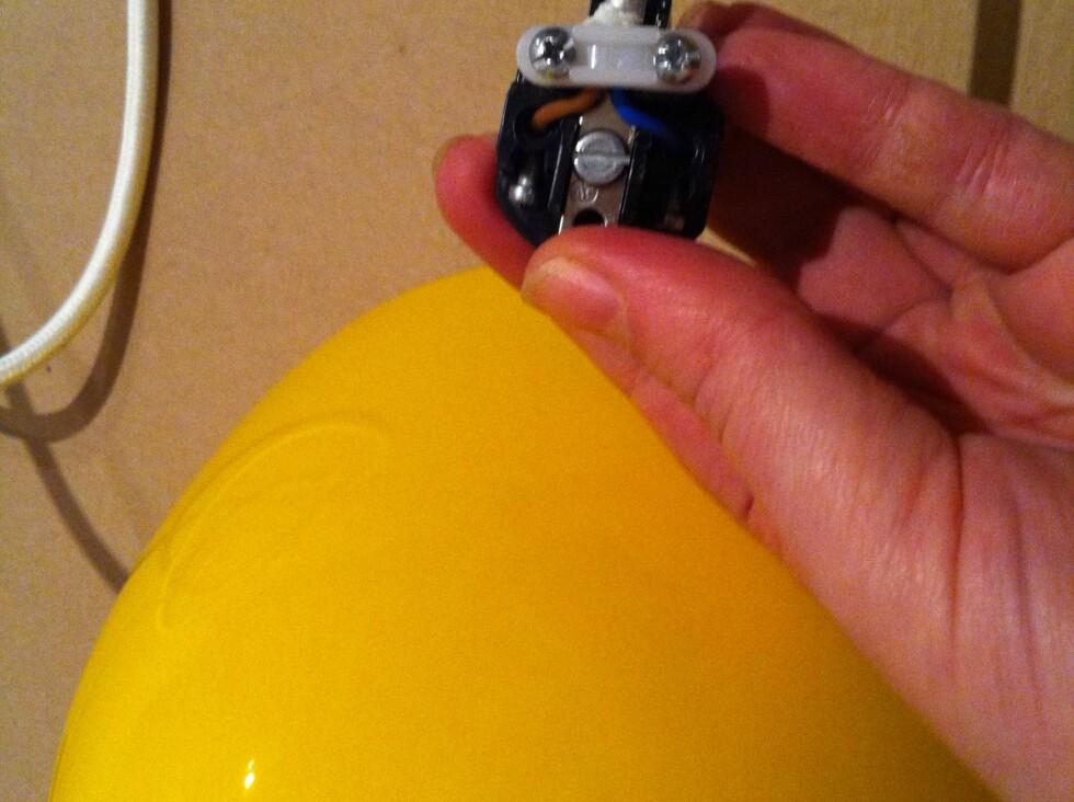 SLIK: Når ledingene er på plass, og alle skruer strammet til, kan du montere på dekselet igjen.  Foto: Elisabeth Dalseg