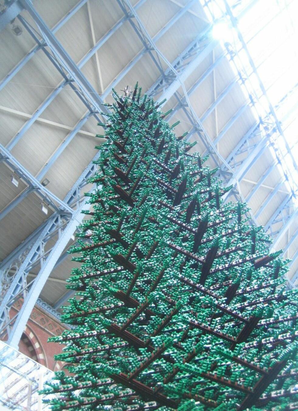 Det 12,2 meter høye treet under bygging. Foto: Lego