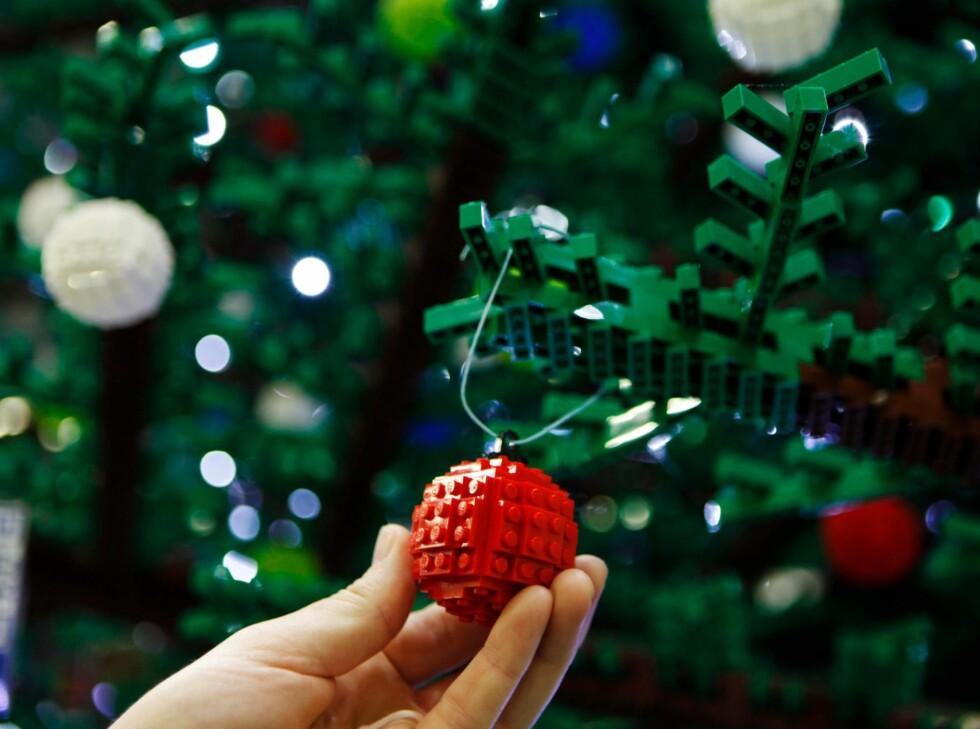 1200 julekuler - også de av lego - dekorerer treet. Foto: Lego