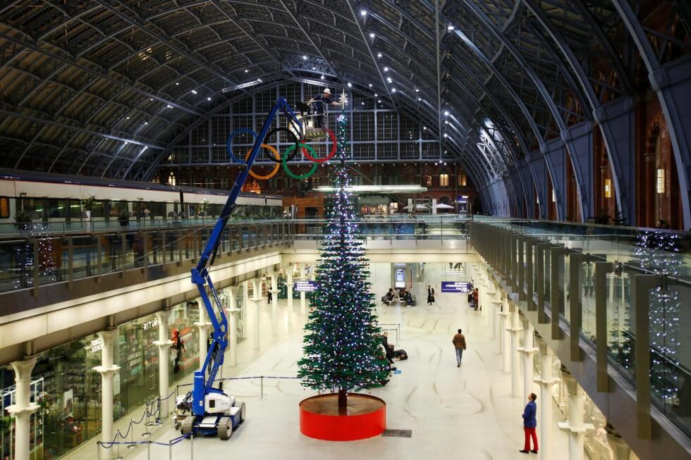 12,2 meter høyt legotre, vises nå i London. Foto: Lego