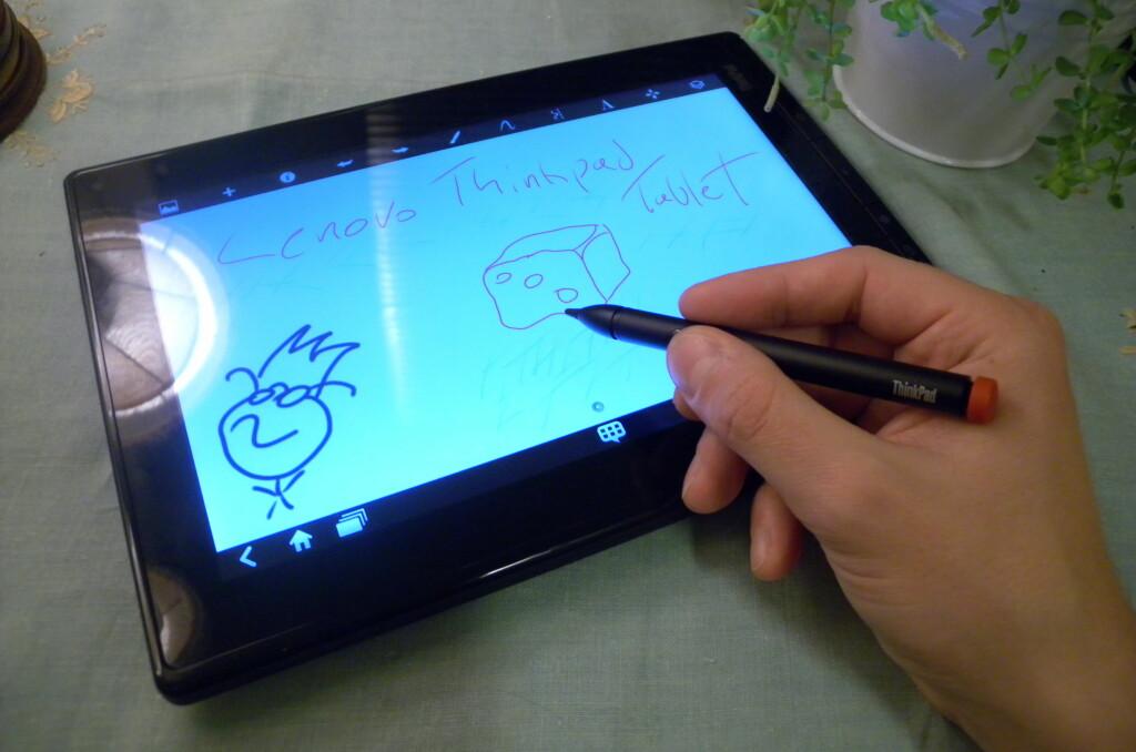 PENNESTRØK: Lenovo Thinkpad Tablet kan brukes med en medfølgende penn. Artig for unga og kjekt for den proffe, men ikke nok til at dette nettbrettet blir å anbefale.  Foto: Ole Petter Baugerød Stokke