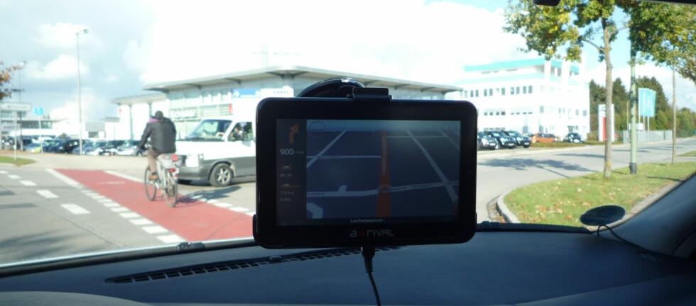 TEST AV NAVIGASJONSSYSTEMER FOR BILEN: Store skjermer på frontruta kan skape trafikkfarlige situasjoner, advarer ADAC. De tre beste i testen har skjermer på 5 tommer.  Foto: ADAC.de