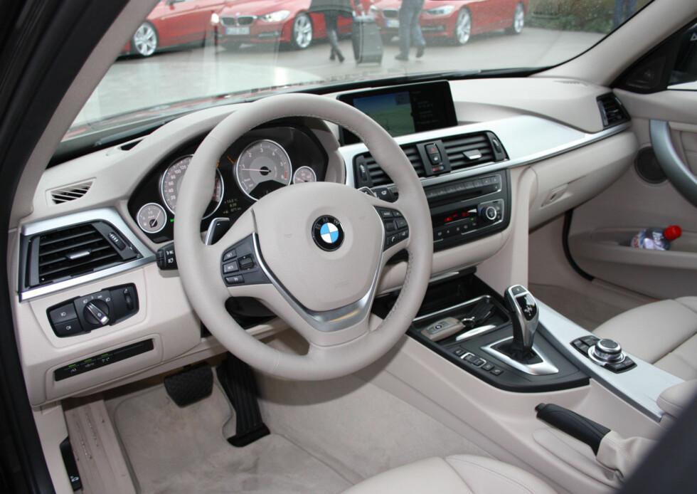"""Typisk BMW-design også på interiøret. Kvalitetsopplevelse og ergonomi trekker opp, men vi savner en enhetlig linjeføring slik Audi får det til - vi synes det blir litt for mange ulike sammensatte elementer - designmessig litt """"oppstykkket"""" på en måte. Men det fungerer altså veldig bra og grensesnittet er nå både intuitivt og komplett. Foto: Knut Moberg"""