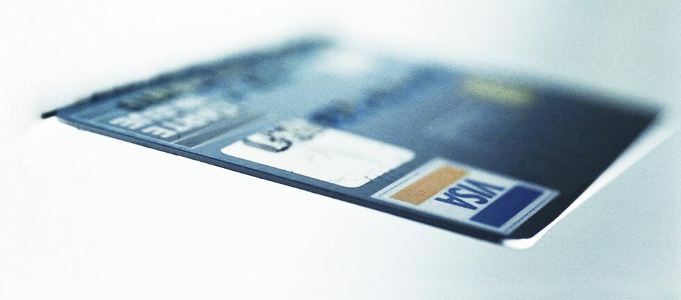 Hater du kø, bør du ikke handle mellom klokken 13.00 og 15.00. Det er tiden da flest nordmenn bruker bankkortene sine, ifølge Finansnæringens hovedorganisasjon. Foto: COLOURBOX:COM
