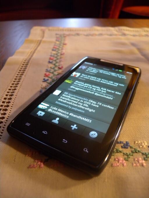 FINT: Humpen på baksiden av telefonen gjør at Motorola Razr får en fin liten vinkel på bordet.  Foto: Ole Petter Baugerød Stokke