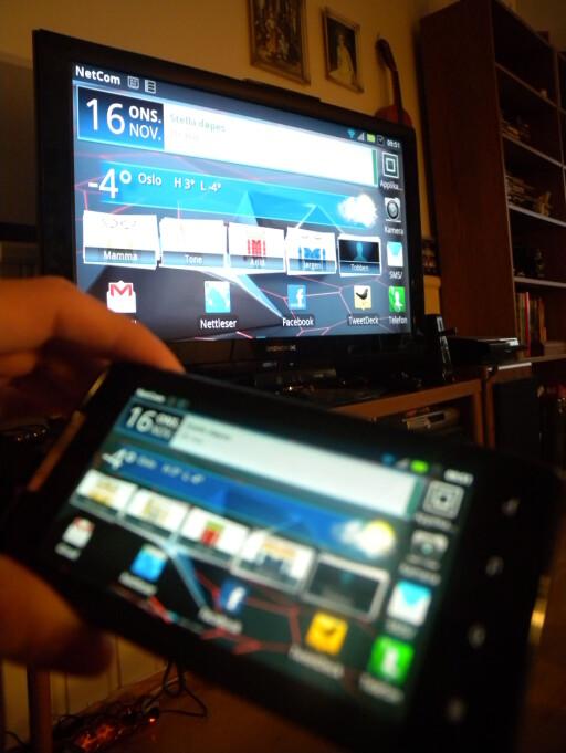 KJEKT: Android-telefonen Motorola Razr på TV-en din, ved hjelp av noe så enkelt som en kabel. Det enkleste er ofte det beste.  Foto: Ole Petter Baugerød Stokke