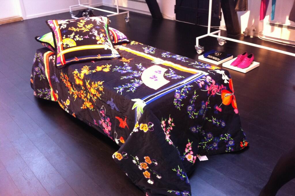 Hele interiørkolleksjonen fra Versace for H&M på ett brett. Merk at sengeteppet her er brettet dobbelt.  Foto: Elisabeth Dalseg