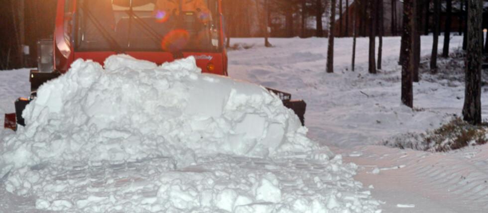 SNØFIKSER Arne Stigen ved Trolltun Gjestegård på Dombås holder på å produsere snø for harde livet.  Foto:  Arne Stigen