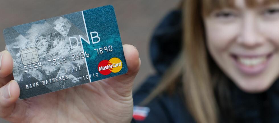 Her er de nye bankkortene fra DNB. Du kan fortsatt bruke ditt gamle kort til kortet går ut på dato. Foto: DNB