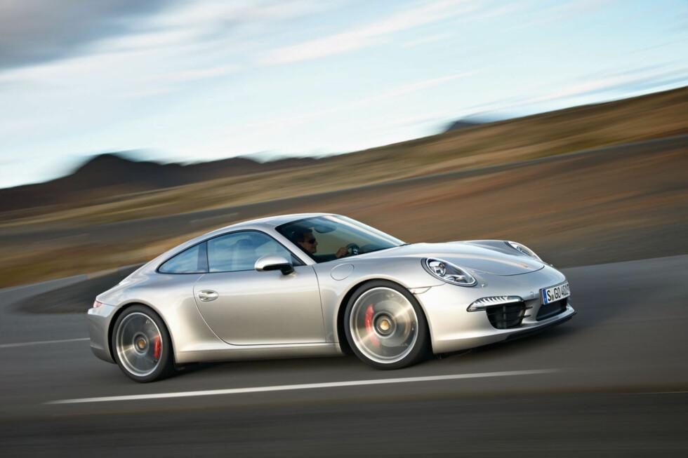 Dette er en ny 911. Den er noe lavere enn forgjengeren, samtidig er akselavstanden blitt økt med hele ti centimeter, noe som borger for bedre innvendig plass. Foto: Porsche