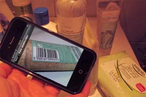 Skann strekkoden og få svar på om produkter er ok, eller om det inneholder et av de 17 stoffene som Forbrukerrådet vil ha forbud mot. Foto: Kristin Sørdal