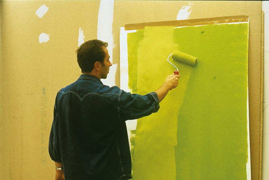 Henger du opp et stort ark eller en kartong på veggen som skal males slipper du skille v/prøvemalingsfeltene når du har valgt farge. Foto: IFI.NO