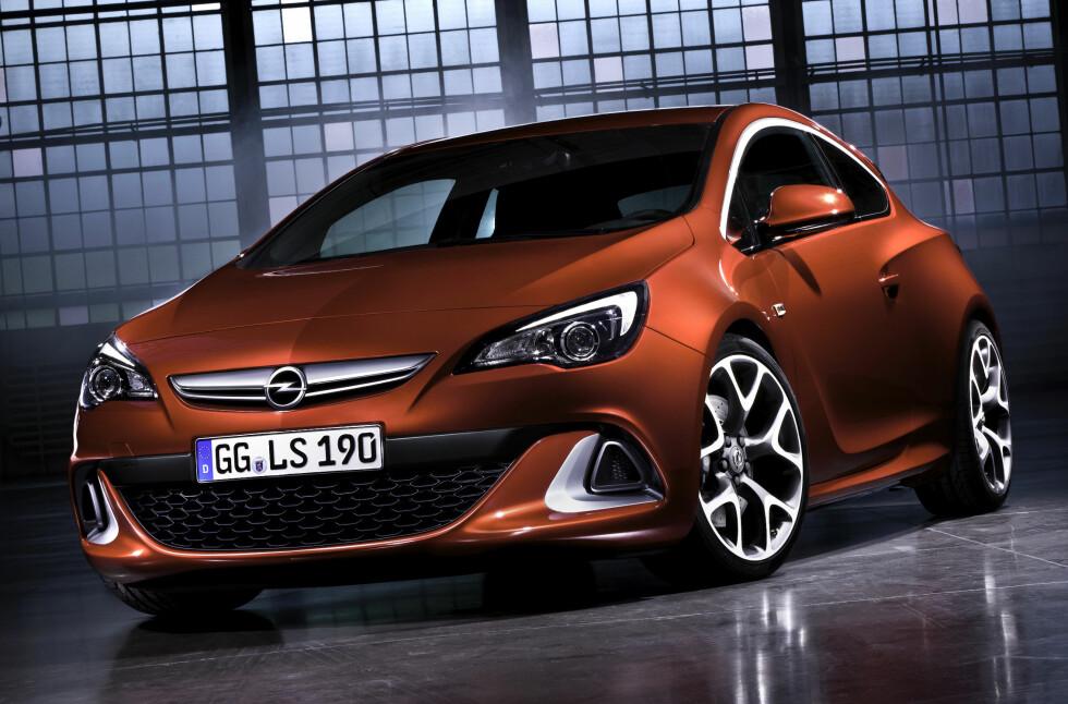 Opel Astra OPC i 2012-års modell ser ikke bare rå ut, den er det også. Med 280 hestekrefter, sportschassis og differensialbrems samt Brembo-bremser vil den være et alternativ til blant andre VW Scirocco R. Foto: Opel