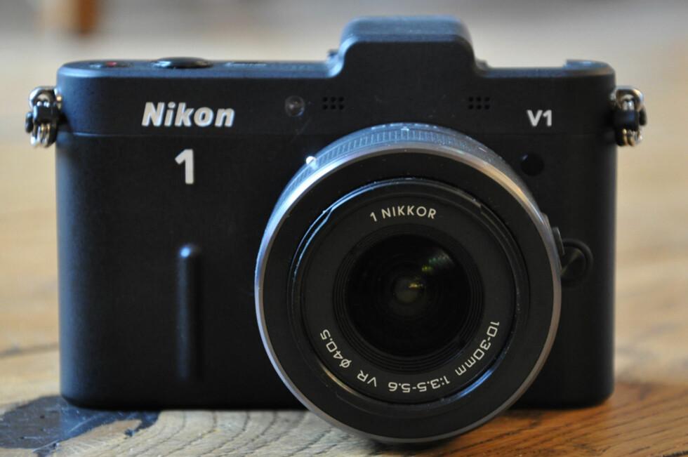 Nikon 1 V1 er selskapets første forsøk på systemkamera uten speil. Foto: Pål Joakim Olsen
