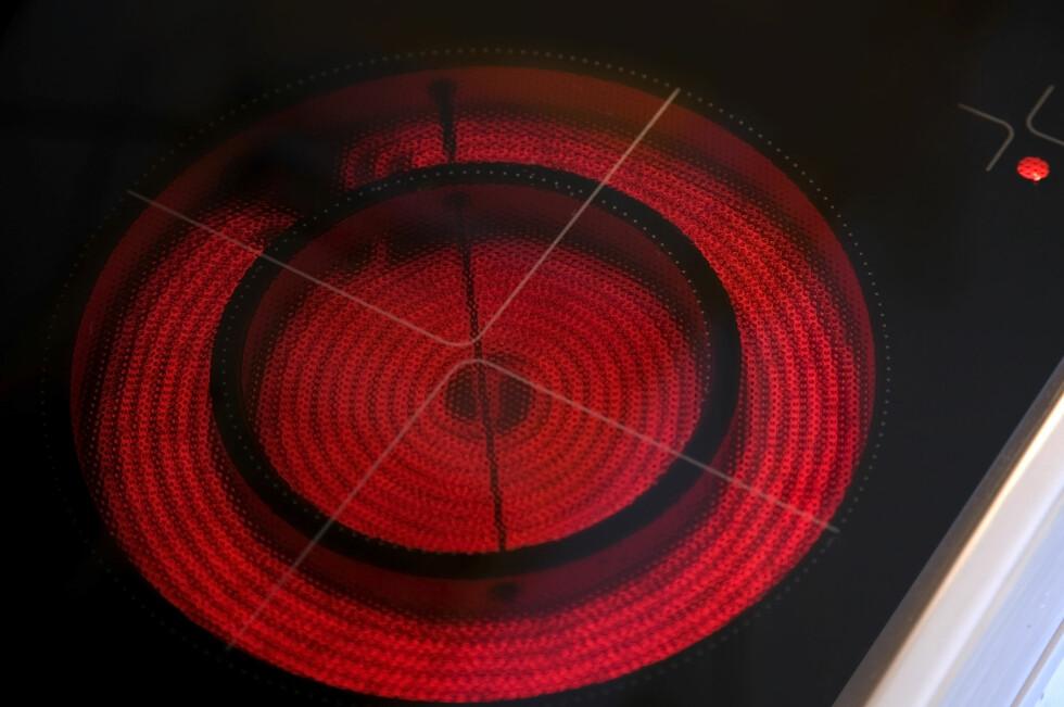 BRANN: Av de elektriske apparatene i et hjem, er det komfyren som er involvert i desidert flest branner. Men det er glemske matlagere som starter brannen. Foto: Colourbox.com