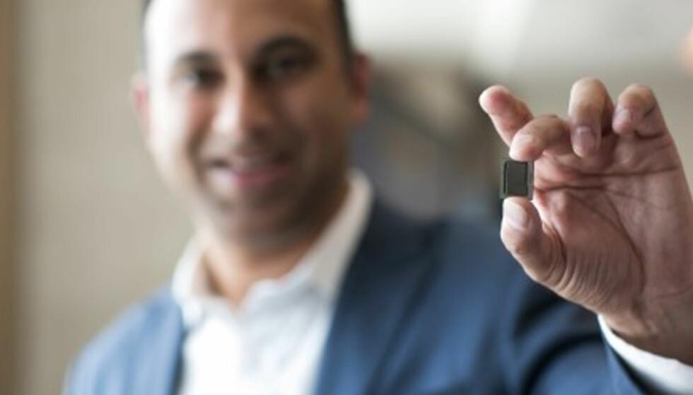 NY GENERASJON CORE: Visepresident Navin Shenoy i Intel viser frem syvende generasjon Intel Core-prosessor for bærbare PC-er og hybrider. Foto: Intel
