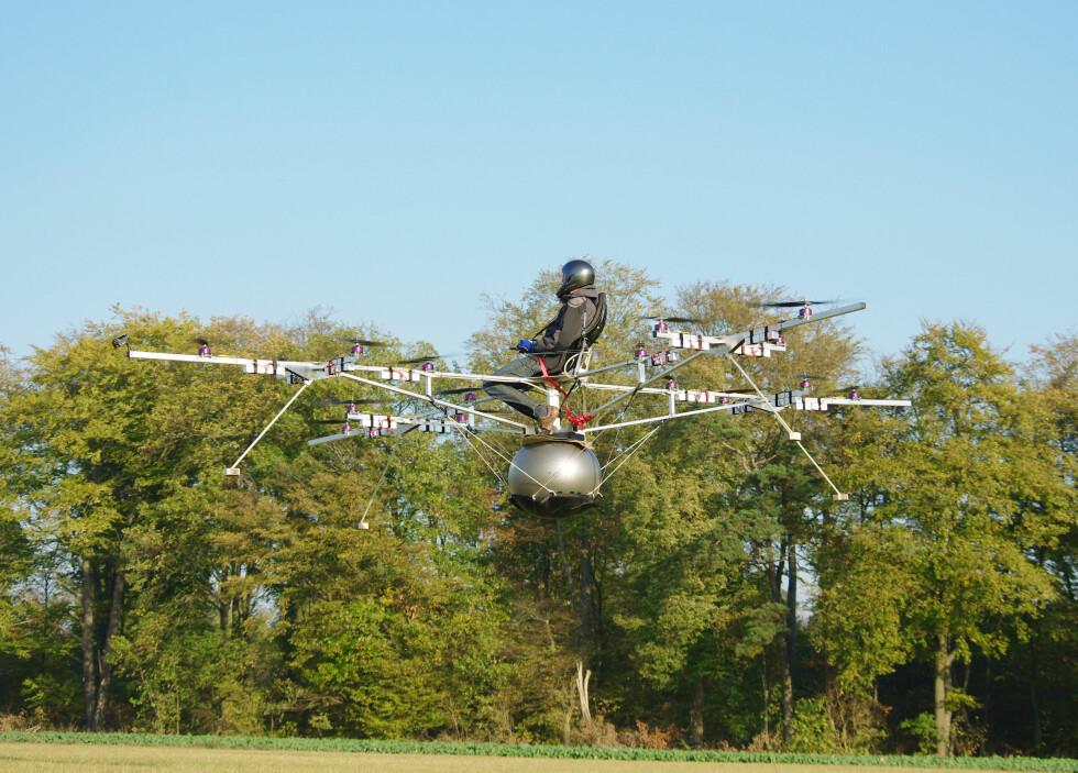TAKE-OFF: - Godmodige kjøreegenskaper, sier ingeniør Thomas Senkel etter å ha utført den etter eget utsagn første bemannede flyvning med elektrisk helikopter. Foto: e-volo