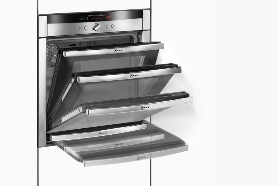 Er du lei av å kræsje med ovnsdøren? Med komfyren fra Neff kan du enkelt skli døren inn under ovnen, slik at du lettere kommer til. Foto: Produsenten