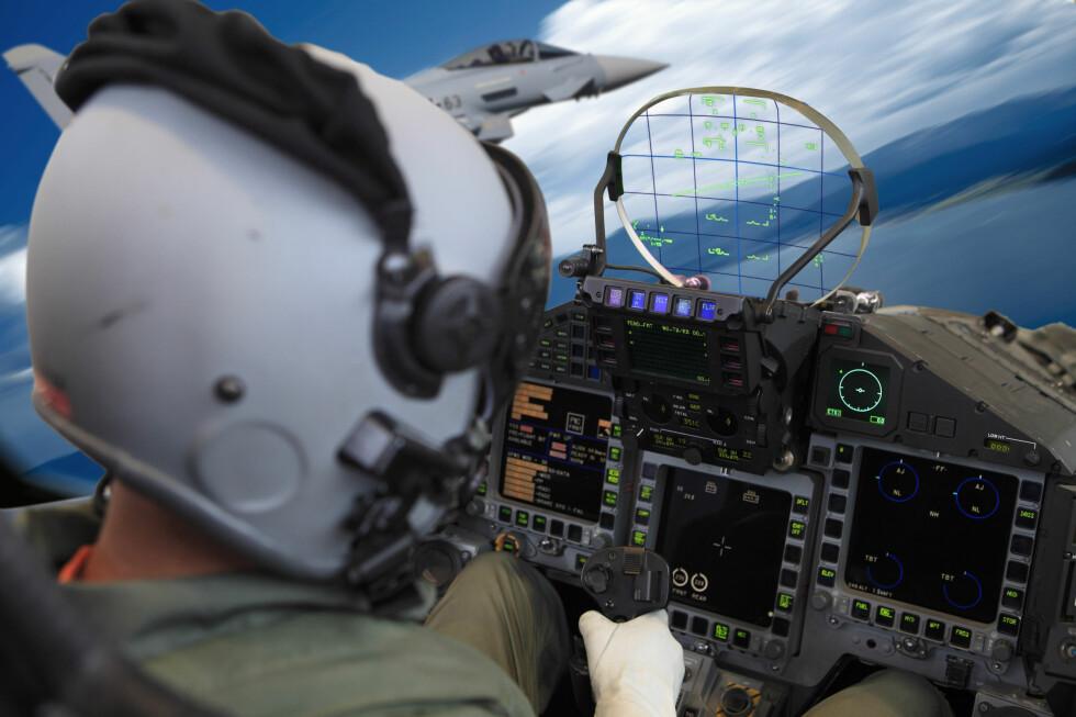 HUD (Head-up display) har lenge vært tilgjengelig for pilotene i flyvåpnet. Her ses det i cockpiten i en Eurofighter. Foto: BMW