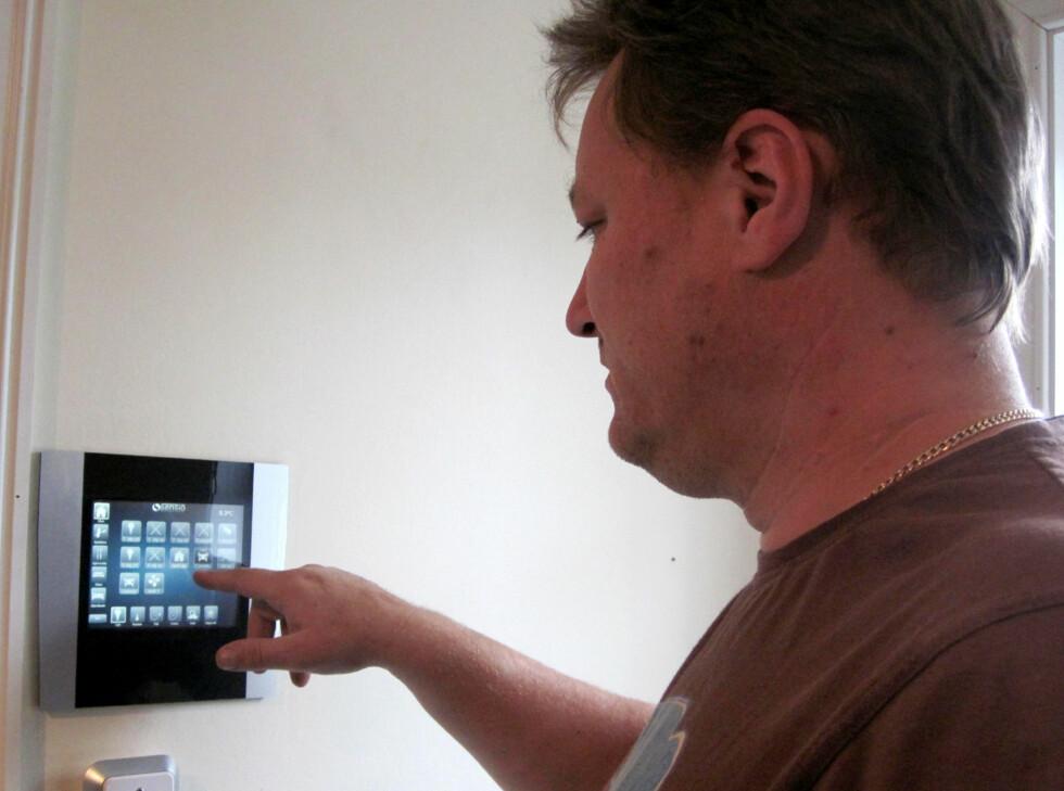 Erik Berge styrer all elektronikken hjemme via et kontrollpanel; men han kan også bruke strømstyringsystemet xComfort på iPad eller iPhone.       Foto: Produktbilder Eaton.com