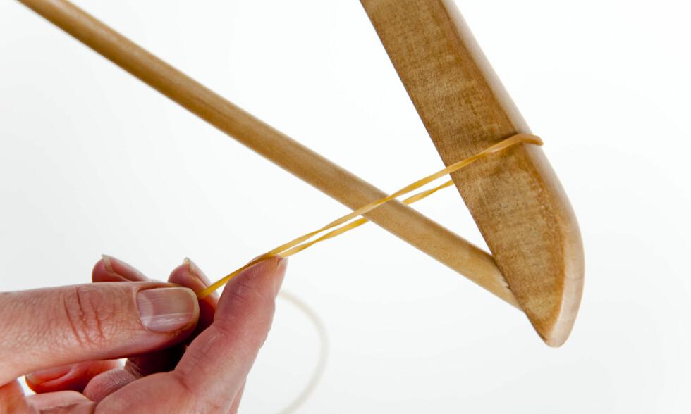 Fest strikken et lite stykke inn fra enden på kleshengeren. Litt avhengig av kleshengerens- og plaggets størrelse. Foto: Per Ervland