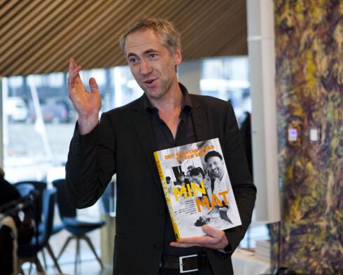 Forfatter Thomas Horne med Min Mat; kokeboken med maten kokkene lager til seg selv.  Foto: Per Ervland